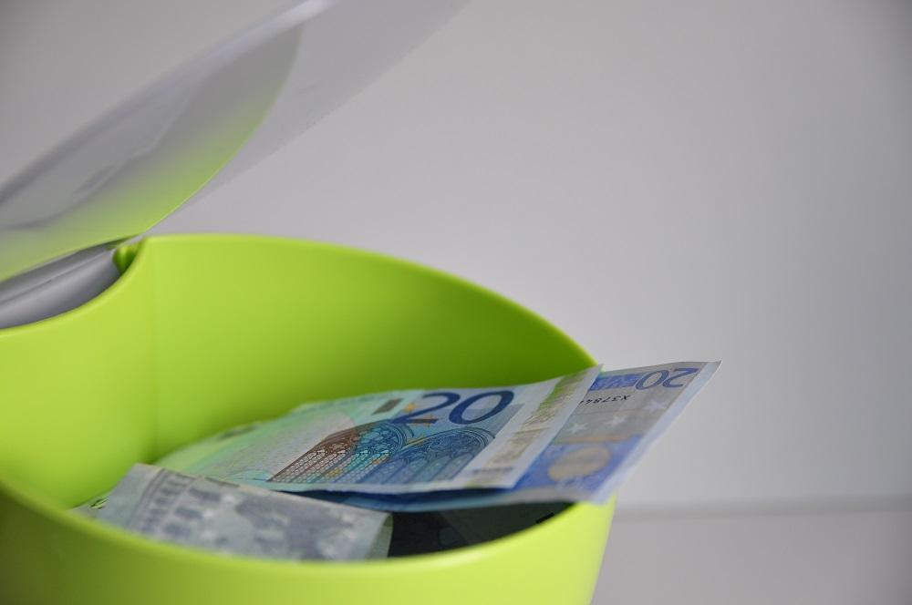 Prullenbak met geld